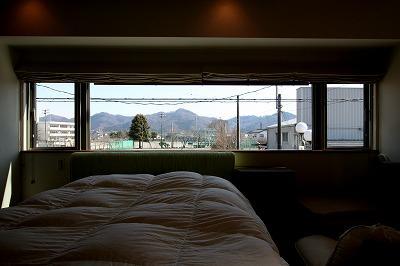 大庇の家~水平に伸びる大庇と通りに面した楽しい壁面 (ベッドルーム)