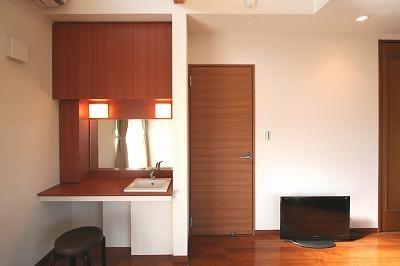 大庇の家~水平に伸びる大庇と通りに面した楽しい壁面 (洗面化粧台)