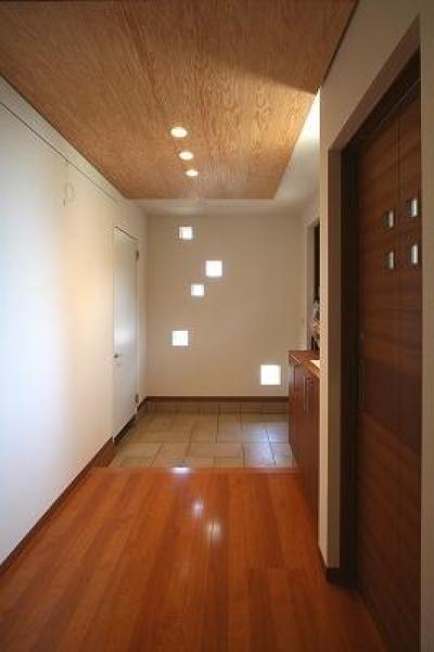 玄関ホール (大庇の家~水平に伸びる大庇と通りに面した楽しい壁面)