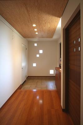 大庇の家~水平に伸びる大庇と通りに面した楽しい壁面 (玄関ホール)