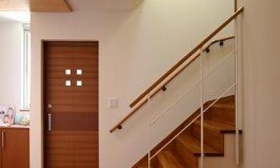 大庇の家~水平に伸びる大庇と通りに面した楽しい壁面 (階段)