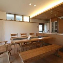 ダイニング・キッチン (大庇の家~水平に伸びる大庇と通りに面した楽しい壁面)