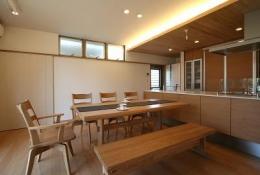 大庇の家~水平に伸びる大庇と通りに面した楽しい壁面 (ダイニング・キッチン)