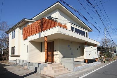 大庇の家~水平に伸びる大庇と通りに面した楽しい壁面 (外観)