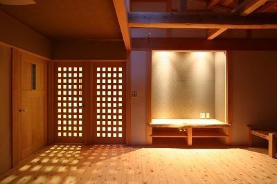 和小屋の家~大工のこだわりを活かした住まい (明かりの灯ったリビング)