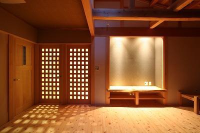 和小屋の家~大工のこだわりを活かした住まいの部屋 明かりの灯ったリビング