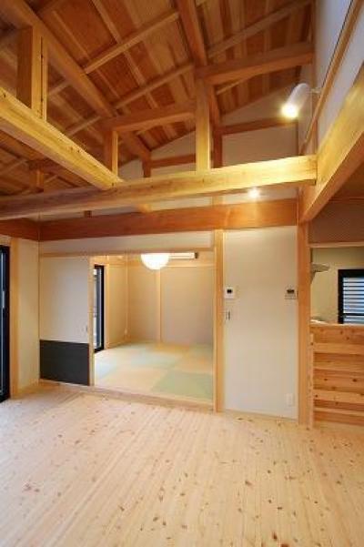 和小屋と無垢板のリビング (和小屋の家~大工のこだわりを活かした住まい)