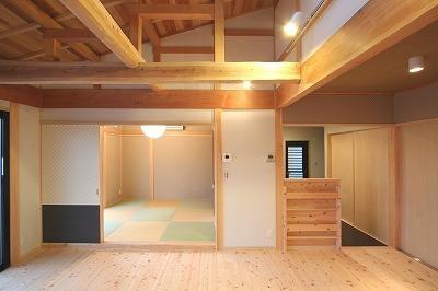 和小屋の家~大工のこだわりを活かした住まい (和小屋と無垢板のリビング・琉球畳の和室)