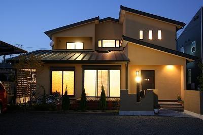 和小屋の家~大工のこだわりを活かした住まい (外観 夜景)