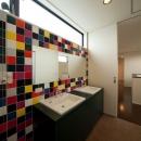 西国分の家・N邸の写真 カラータイルが目を引くダブルボウルの洗面室