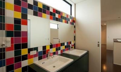 カラータイルが目を引くダブルボウルの洗面室|西国分の家・N邸