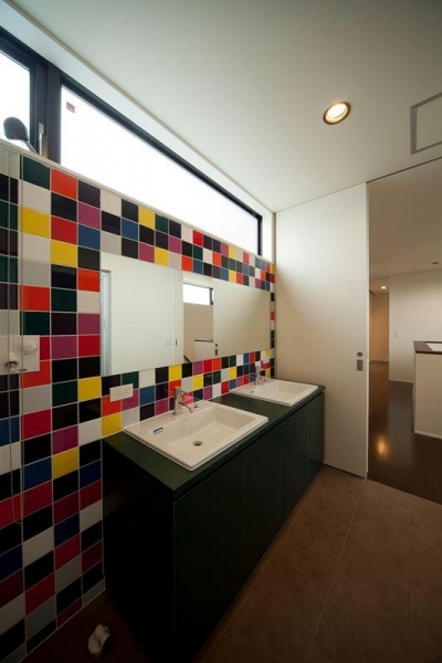 カラータイルが目を引くダブルボウルの洗面室 (西国分の家・N邸)