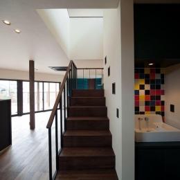 西国分の家・N邸 (シンプルな階段と横にあるタイルの洗面所)