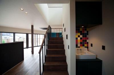 シンプルな階段と横にあるタイルの洗面所 (西国分の家・N邸)
