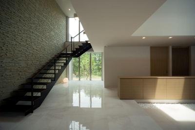 モダンなエントランスホールの階段 (煙樹の家・K邸)