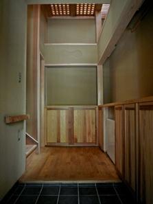 下北沢の家=東京都 瓢箪邸の部屋 自然光がやわらかく照らす玄関