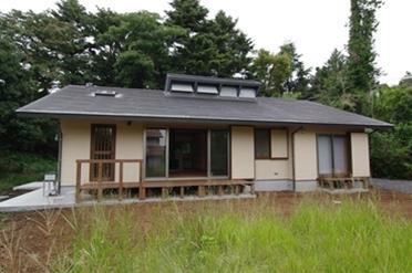 伊豆高原の家=静岡県 音楽ホールのような家の写真 大地に接するような平屋の木の家
