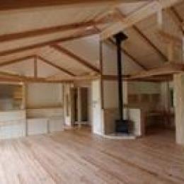 薪ストーブのあるリビング (伊豆高原の家=静岡県 音楽ホールのような家)