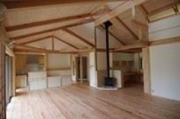 伊豆高原の家=静岡県 音楽ホールのような家 (薪ストーブのあるリビング)