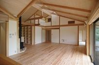 伊豆高原の家=静岡県 音楽ホールのような家の部屋 キッチンからリビングを眺める