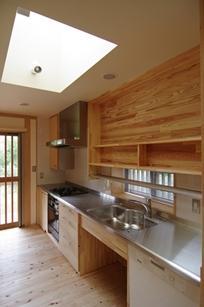 伊豆高原の家=静岡県 音楽ホールのような家の写真 明るいキッチン