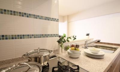 淡い木目が繰り成す、優美で都会的なアーバン・スタイル (キッチン)