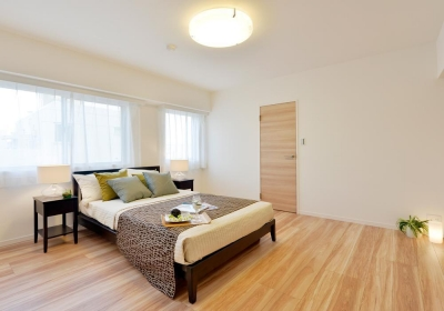寝室 (淡い木目が繰り成す、優美で都会的なアーバン・スタイル)
