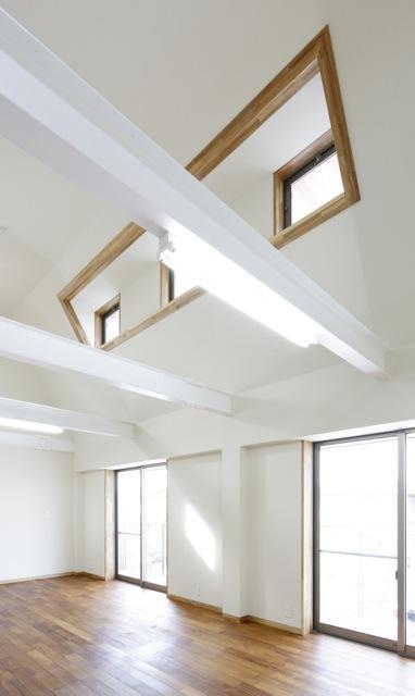 風の生まれる家の部屋 風を吹き出すハイサイドライトのあるリビング