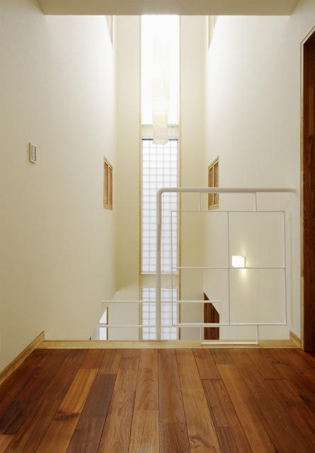 風の生まれる家の部屋 柔らかな光が射し込む吹き抜け 1