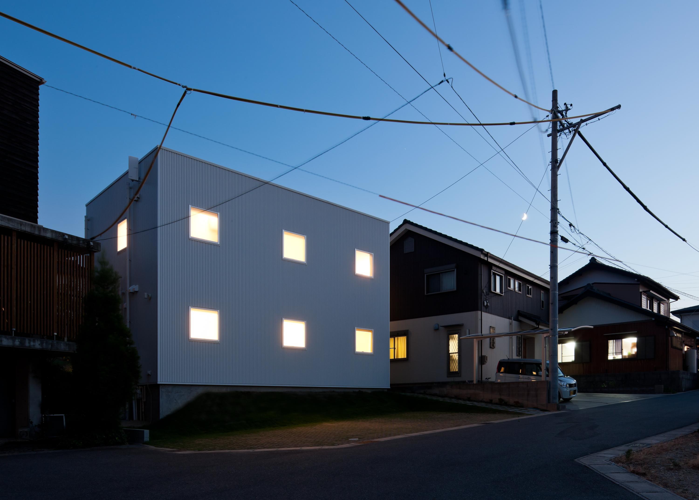 home HRの部屋 白いキューブ型の外観 (夜景)
