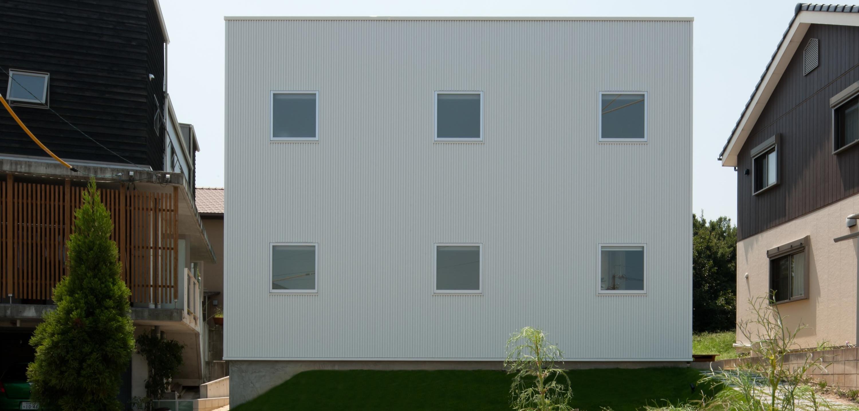 home HRの部屋 白いキューブ型の外観 2