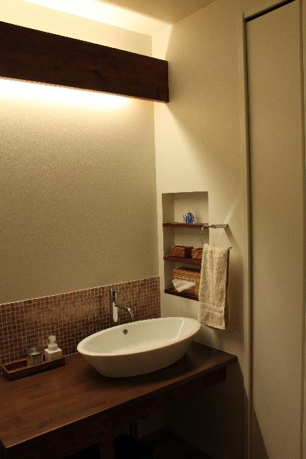 宝塚高台に建つリゾート住宅の部屋 間接照明が落ち着きを醸し出す洗面エリア