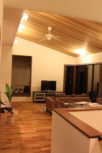 宝塚高台に建つリゾート住宅の部屋 明かりの灯った勾配天井のLDK