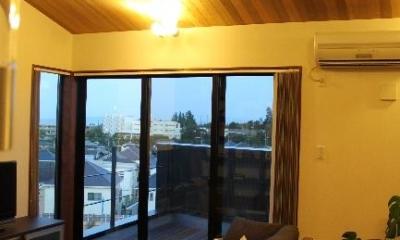 宝塚高台に建つリゾート住宅 (明かりの灯った勾配天井のリビング)