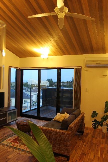 宝塚高台に建つリゾート住宅の部屋 明かりの灯った勾配天井のリビング