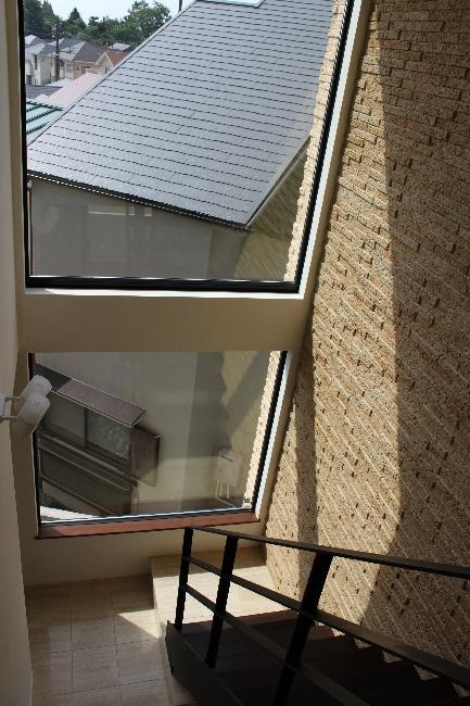 宝塚高台に建つリゾート住宅 (大きな窓から日の差し込む階段)