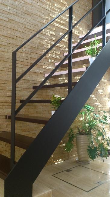 宝塚高台に建つリゾート住宅の部屋 オープン型階段