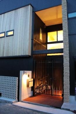 宝塚高台に建つリゾート住宅 (玄関ポーチ・外観)