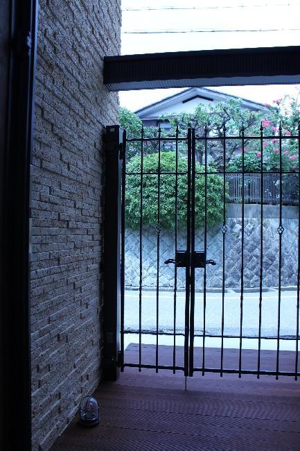 宝塚高台に建つリゾート住宅の部屋 門扉