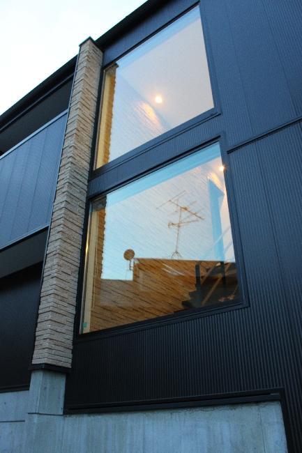 宝塚高台に建つリゾート住宅の部屋 2つの大きな窓のある外壁