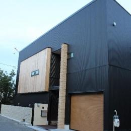 宝塚高台に建つリゾート住宅 (ビルトインガレージのある黒い外観)