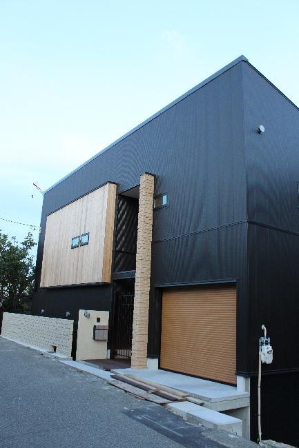 宝塚高台に建つリゾート住宅の部屋 ビルトインガレージのある黒い外観