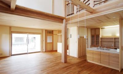 小田原の家=神奈川県 海風が通り抜ける吹抜けと大黒柱の家 (大黒通し柱がしっかりと吹き抜けを支えている空間)