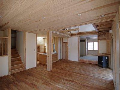 小田原の家=神奈川県 海風が通り抜ける吹抜けと大黒柱の家の部屋 大黒通し柱がしっかりと吹き抜けを支えている空間