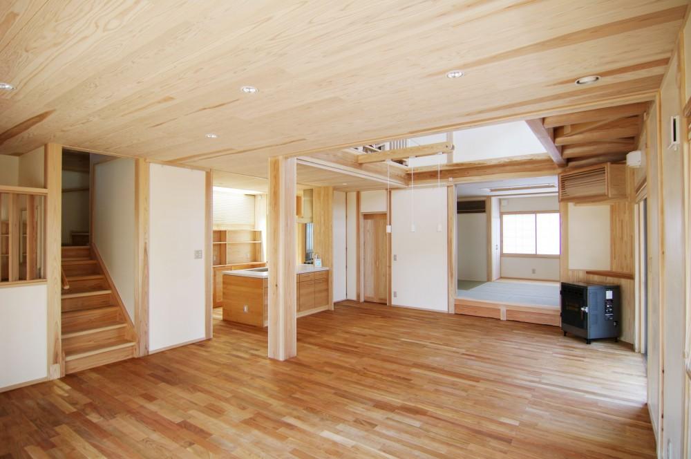 リビングダイニング (小田原の家=神奈川県 海風が通り抜ける吹抜けと大黒柱の家)