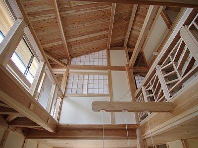 小田原の家=神奈川県 海風が通り抜ける吹抜けと大黒柱の家 (遊び心のあるキャットウォーク)