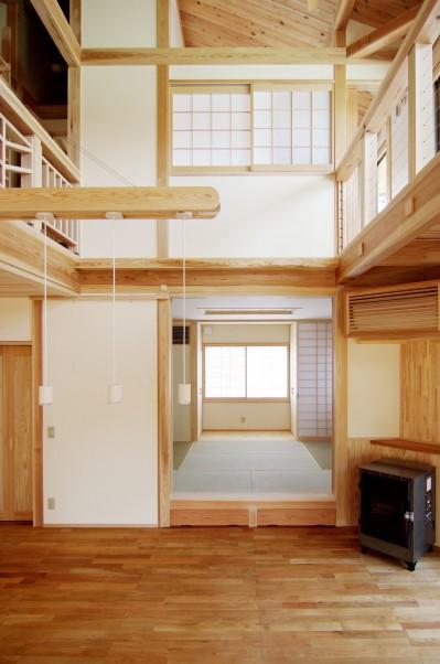 小上がりのある和室 (小田原の家=神奈川県 海風が通り抜ける吹抜けと大黒柱の家)