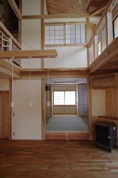 小田原の家=神奈川県 海風が通り抜ける吹抜けと大黒柱の家の部屋 小上がりのある和室