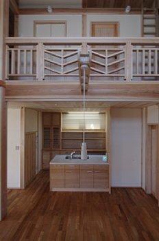 小田原の家=神奈川県 海風が通り抜ける吹抜けと大黒柱の家 (リビングからキッチンの眺め)