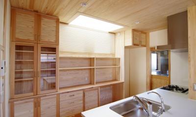 小田原の家=神奈川県 海風が通り抜ける吹抜けと大黒柱の家 (白い人工大理石のオープンカウンターキッチン)